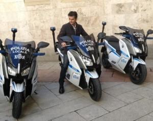 Sindaco Zedda in sella moto elettriche Comune Cagliari